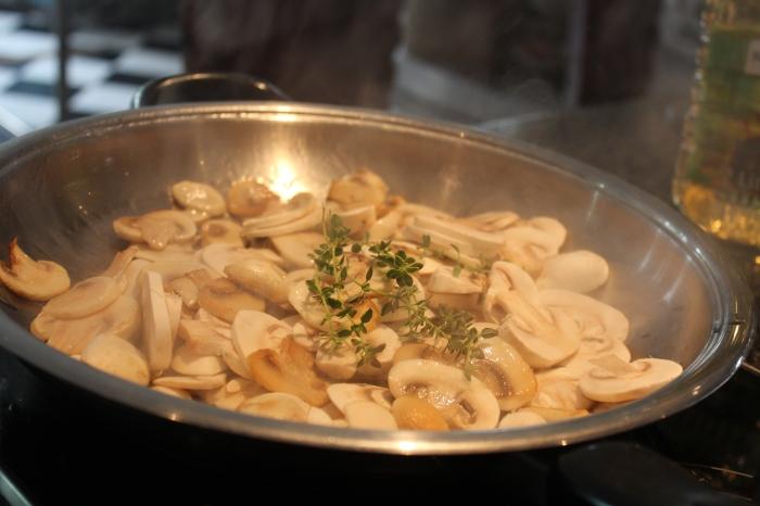 Mushrooms in the AMC 28cm Chef's Pan
