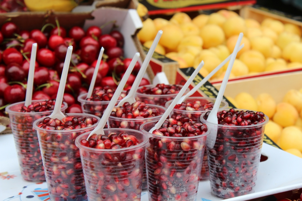 Brightly coloured, juicy pomegranate rubies...the perfect walkabout snack on High Street #yudhikayumyum